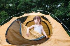 Ładna mała dziewczynka w namiocie, podróży fotografia, las Zdjęcia Royalty Free