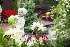 Ładna mała dziewczynka w ogródzie Zdjęcia Royalty Free