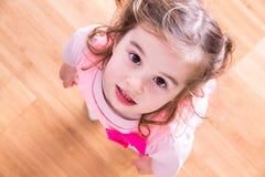Ładna mała dziewczynka z błagalnymi oczami fotografia stock