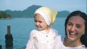 Ładna matka z ślicznym małym dzieckiem pokazuje jęzor zbiory wideo