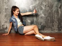 Ładna modniś dziewczyna bierze selfie fotografia royalty free
