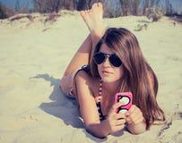 Ładna nastoletnia dziewczyna w okularach przeciwsłonecznych na plaży obraz royalty free