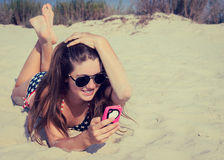 Ładna nastoletnia dziewczyna w okularach przeciwsłonecznych na plaży fotografia royalty free