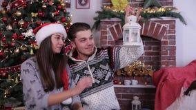 Ładna para patrzeje candlestick i ono uśmiecha się, cieszy się Bożenarodzeniowego świętowanie zdjęcie wideo