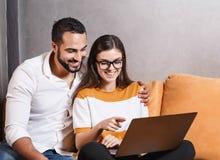 Ładna para Używa laptop obrazy royalty free