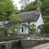 Ładna pokrywająca strzechą chałupa przy Helford, Cornwall, Anglia Zdjęcia Stock