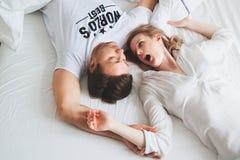 Ładna potomstwo para w łóżku zdumienie obrazy royalty free