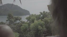 Ładna potomstwo pary pozycja na mieszkanie tarasie podczas ich wakacji zdjęcie wideo