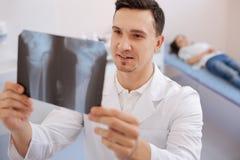 Ładna przyjemna lekarka trzyma X promienia fotografię obrazy stock