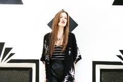 Ładna rudzielec dziewczyna czarny i biały Zdjęcia Royalty Free
