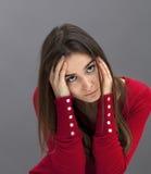 Ładna 20s brunetka wyraża depresję i stroskanie Zdjęcia Royalty Free