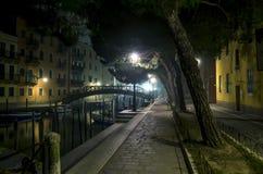 Ładna spokojna ulica przy nocą Fotografia Royalty Free