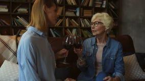 ładna starsza kobieta i jej córka pije czerwone wino w domu zbiory wideo