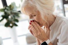 Ładna starzejąca się kobieta ma zimno obraz stock