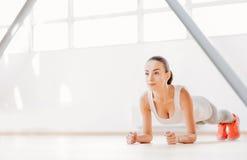 Ładna szczupła kobieta koncentruje na fizycznej aktywności zdjęcie royalty free