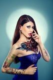 Ładna tatuująca dziewczyna w zmroku - błękit suknia obraz stock