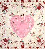 Ładna walentynki ` s dnia karta z Różowym Doily sercem na rocznik chusteczce fotografia stock