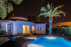 Ładna willa i palma przy nocą w Hiszpania Zdjęcia Royalty Free