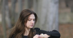 Ładna wzburzona dziewczyna w rocznika odzieżowym czekaniu dla jej daty w parku, steadicam, 4k zdjęcie wideo