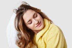 Ładna zdrój kobieta jest ubranym bathrobe, suszy włosy z ręcznikiem, czuje czystego i zrelaksowany modeluje przeciw bielowi po br obraz stock