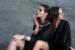 Ładne brunetek dziewczyny jest ubranym czarny pozować outdoors na błękitnym lata niebie z jaskrawym makeup i różowymi wargami Ret Zdjęcia Royalty Free