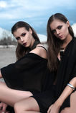 Ładne brunetek dziewczyny jest ubranym czarny pozować outdoors na błękitnym lata niebie z jaskrawym makeup i różowymi wargami Ret Zdjęcie Royalty Free
