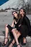 Ładne brunetek dziewczyny jest ubranym czarny pozować outdoors na błękitnym lata niebie z jaskrawym makeup i różowymi wargami Ret Obraz Royalty Free