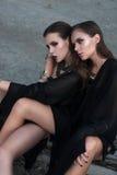 Ładne brunetek dziewczyny jest ubranym czarny pozować outdoors na błękitnym lata niebie z jaskrawym makeup i różowymi wargami Ret Obrazy Stock