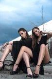 Ładne brunetek dziewczyny jest ubranym czarny pozować outdoors na błękitnym lata niebie z jaskrawym makeup i różowymi wargami Ret Fotografia Royalty Free