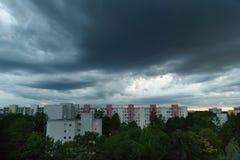 Ładne chmury przy błękitną godziną w Monachium, Neuperlach - Fotografia Stock