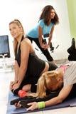 Ładne dziewczyny ćwiczy w zdrowie klubie obraz stock