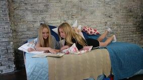 Ładne dziewczyny czyta książkę zdjęcie wideo