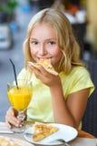 Ładne dziewczyny ono uśmiecha się gdy pijący sok i Zdjęcie Royalty Free