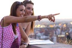 Ładne dziewczyny patrzeje widoki w mieście Fotografia Stock