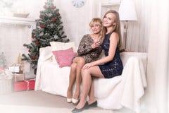 Ładne dziewczyny w pokoju przed bożymi narodzeniami Zdjęcia Royalty Free