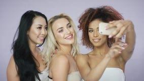 Ładne kobiety bierze selfie w studiu zbiory wideo