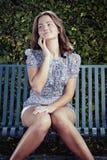 Ładne kobiety na ławce Zdjęcie Royalty Free