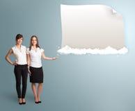 Ładne kobiety przedstawia nowożytną kopii przestrzeń na chmurach Zdjęcie Stock