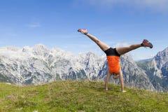 Ładne kobiety skacze cartwheel wykonuje i obraz royalty free