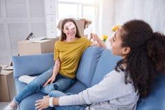 Ładne młode dziewczyny bawić się grę w nowym mieszkaniu fotografia royalty free