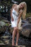 Ładne młode kobiety w biel sukni Fotografia Royalty Free