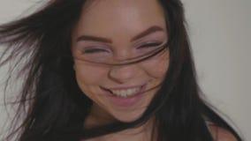 Ładne młode nastoletnie wzorcowego wuth szczęśliwe emocje patrzeje kamerę i śmiać się zdjęcie wideo