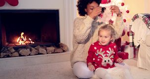Ładne małych dziewczynek sztuki z jej matkami włosianymi zbiory wideo