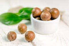 Ładne macadamia dokrętki na białym drewnianym stole Zdjęcie Stock
