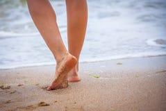 Ładne nogi ładny dziewczyny odprowadzenie w wodzie Fotografia Stock