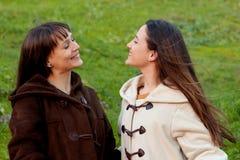 Ładne siostry w parku obrazy royalty free
