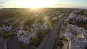Ładne ulicy z schludnymi budynkami mieszkaniowymi w Cypr miejscowości wypoczynkowej, widok z lotu ptaka zbiory