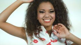 Ładnego amerykanina afrykańskiego pochodzenia nastoletni ono uśmiecha się na białym tle zdjęcie wideo