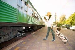 Ładnego Azjatyckiego podróżnika żeńska przyglądająca pastylka i mienie bagaż Zdjęcie Stock