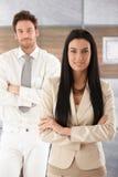 Ładnego bizneswomanu uśmiechnięte ręki krzyżować Fotografia Stock